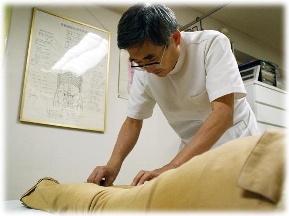 具体的な施術方法は『どのような姿勢で腰に痛みが生ずるのか』を検査することからはじめます。